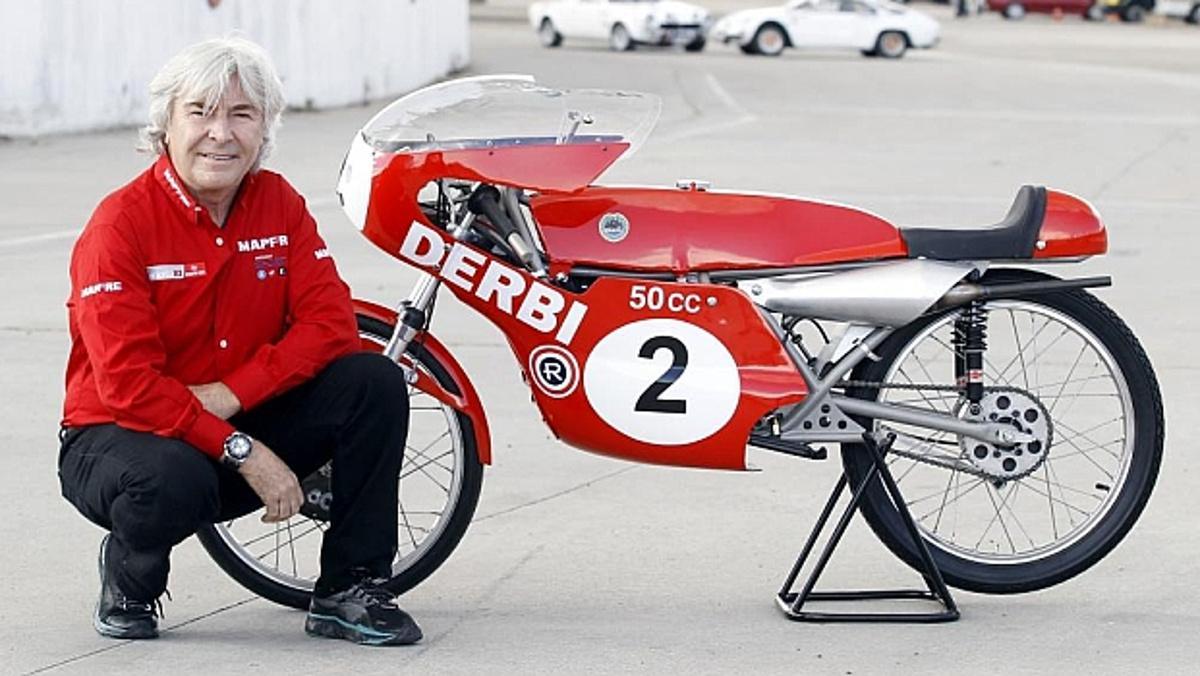 Ángel Nieto posa junto a su Derbi de 50 cc.