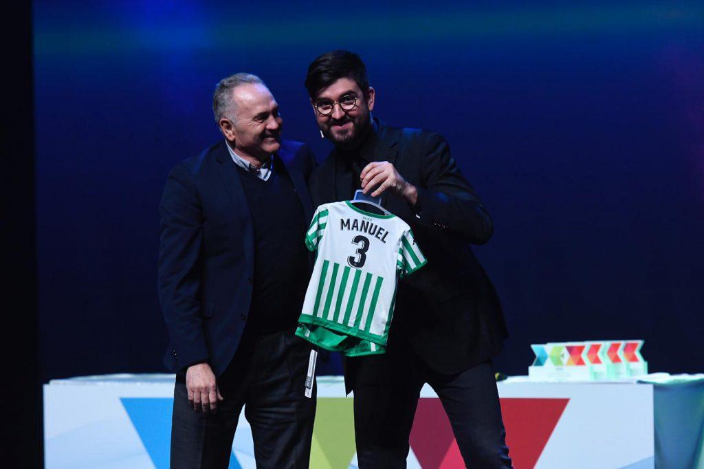 Gordillo entrega a Manu Sánchez un regalo para su hijo.