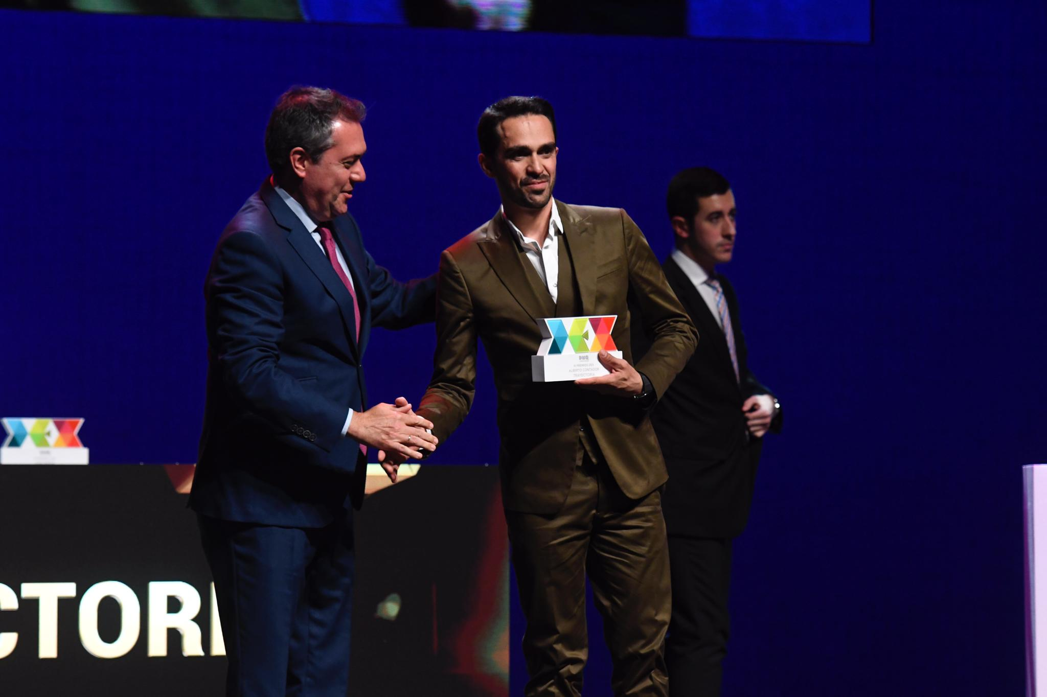 Contador recoge su Premio DEX Trayectoria de la mano del alcalde Juan Espadas.