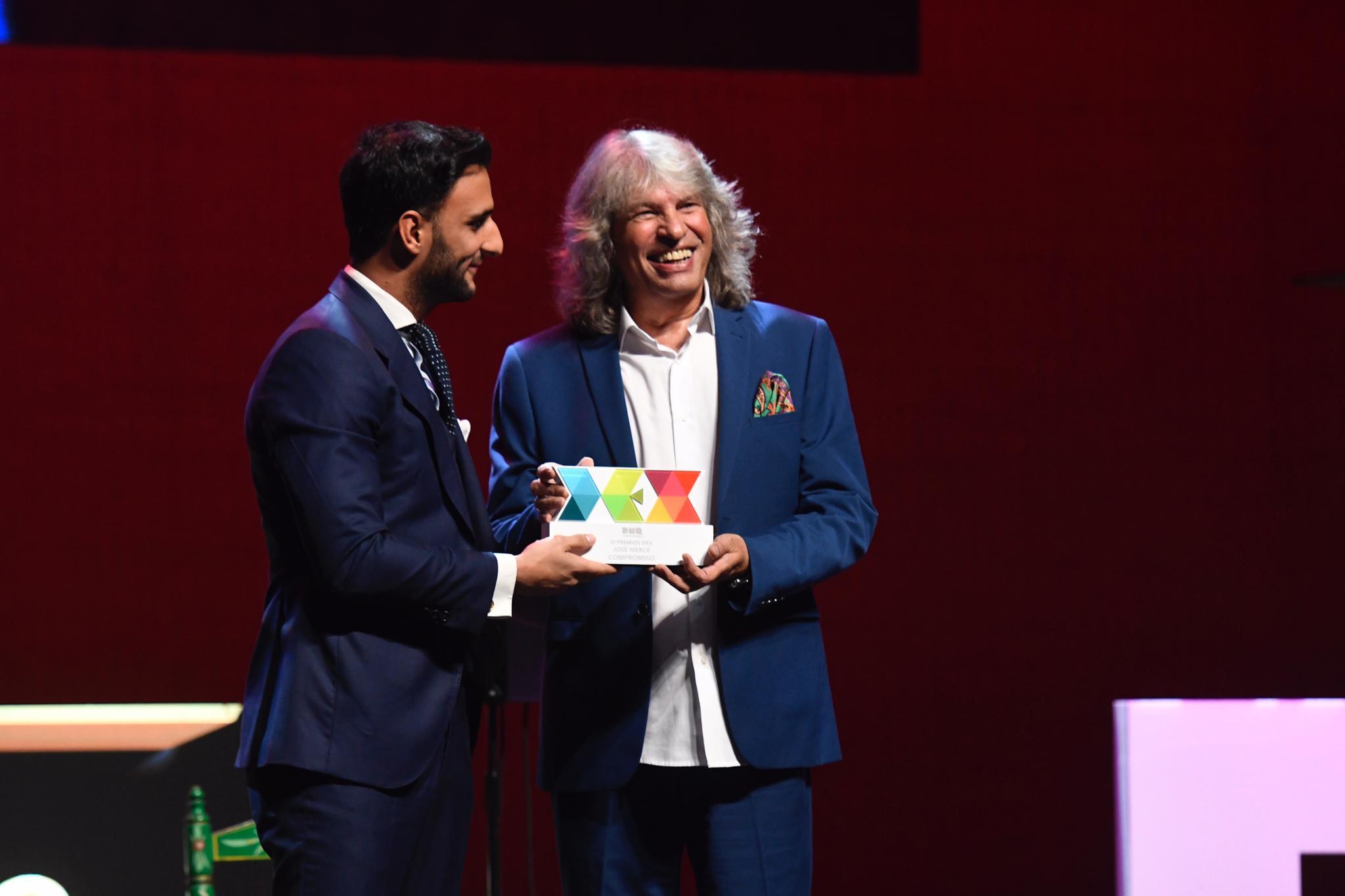 José Mercé recoge su Premio DEX Compromiso.